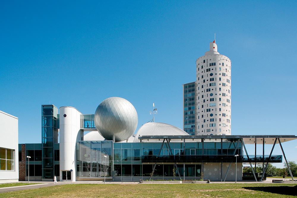 Tigutorn ja teaduskeskus AHHAA Tartus /  Snail tower and AHHAA science centre in Tartu.  Arhitektid / Architects Vilen Künnapu, Ain Padrik.  Valminud / Completed 2007 / 2011