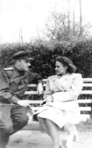 Isa Peeter ja ema Flora Kadrioru pargis / Father Peeter and mother Flora in the Kadriorg Park. Tallinn, 1949